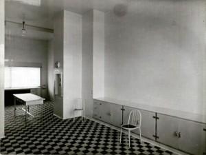 Mallet-Stevens l'utilisera initialement pour la cuisine et l'office de la villa Cavroix (Nord).